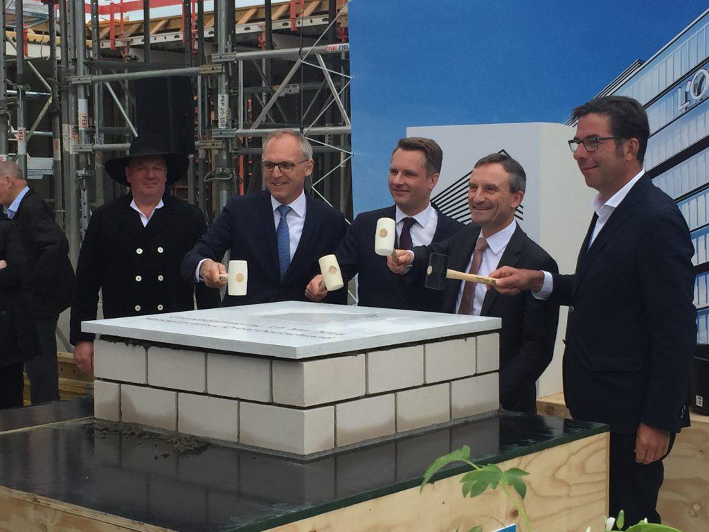 v.r.: Volker Weuthen (Architekturbüro HPP), Thomas Geisel (Oberbürgermeister der Landeshauptstadt Düsseldorf), Georg Held (Projektleiter L´Oréal), Andreas Buchmann (Geschäftsführer die developer)
